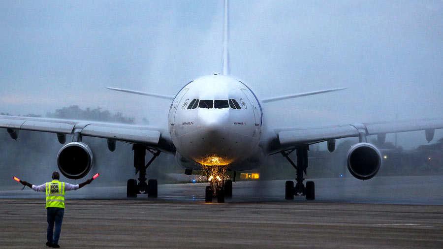se puede llevar maquillaje en el equipaje de mano volaris